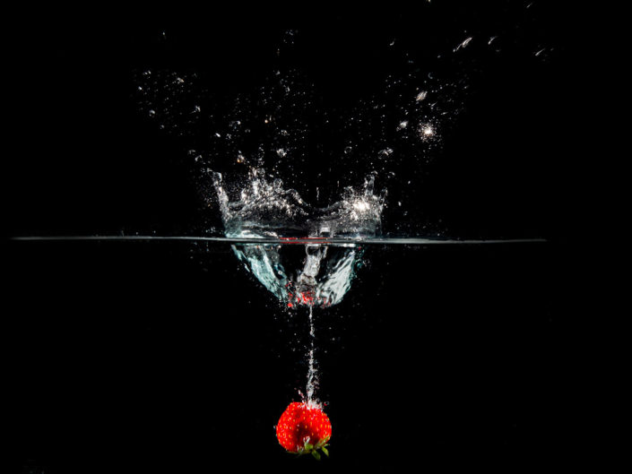 photo fraise qui tombe dans l'eau flash