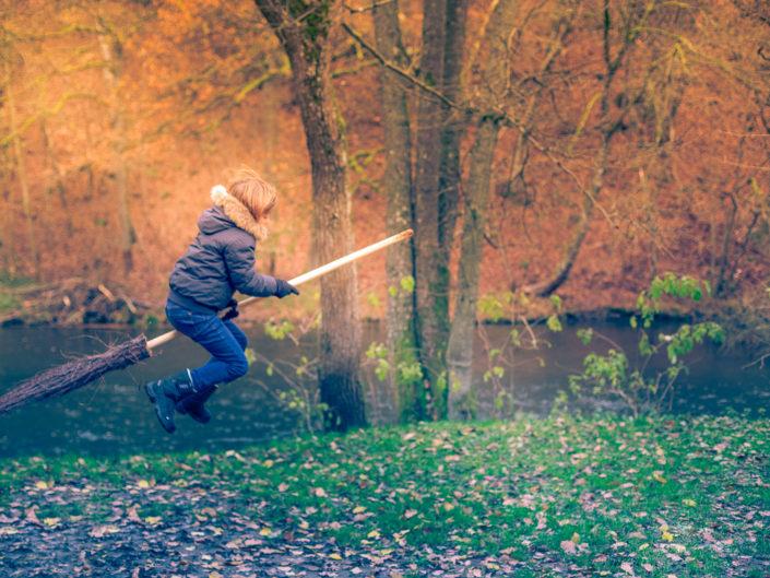 Un enfant qui vole sur son balais magique, comme Harry Potter