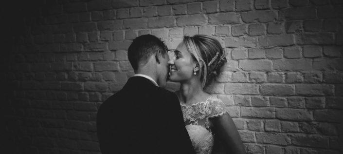 Couple de jeunes mariés à Tour & Taxi Bruxelles